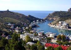 Ville de port maritime par la mer Yachts sur la jetée en mer bleue photo stock