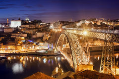 Ville de Porto par nuit au Portugal Images stock