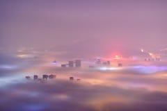 Ville de Qingdao dans le brouillard d'advection Photo stock
