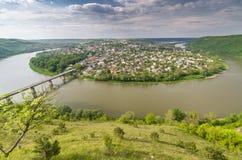 Ville de rivière et de Zalishchyky de Dnister en été, point de vue dans le village de Khreshchatyk, Ukraine photos libres de droits
