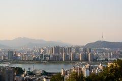 Ville de Séoul avec la rivière et montagnes dans le temps de soirée Photo libre de droits