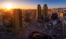 Ville de Séoul dans le coucher du soleil et le trafic, intersection à Séoul du centre, Corée du Sud Photographie stock libre de droits