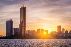 Ville de Séoul et gratte-ciel, yeouido dans le coucher du soleil, Corée du Sud Images libres de droits