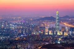 Ville de Séoul et horizon du centre et gratte-ciel la nuit Photos libres de droits
