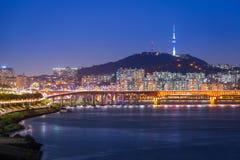 Ville de Séoul et pont, belle nuit de la Corée avec la tour de Séoul Photo libre de droits