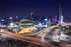 Ville de Séoul et porte de Dongdaemun (Heunginjimun) Images libres de droits