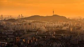 Ville de Séoul et tour de N Séoul Image stock