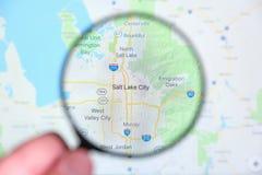 Ville de Salt Lake City, Utah sur l'écran de visualisation par une loupe images libres de droits