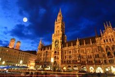 ville de scène de nuit de marienplatz de hall photos stock