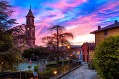 Ville de Serralunga DAlba en Italie Photos stock