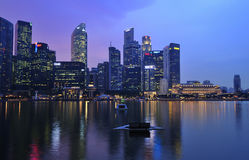 Ville de Singapour par la nuit images libres de droits