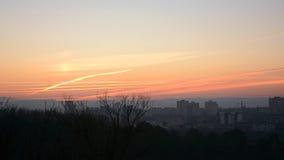 Ville de soirée d'une colline avec le beau coucher du soleil Chisinau - Moldau images stock