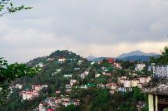 Ville de sommet de montagne de Shimla contre un ciel nuageux sur un brumeux ensuite Photographie stock