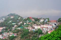 Ville de sommet de montagne de Shimla contre un ciel nuageux sur un brumeux ensuite Image stock