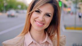 Ville de sourire d'affaires de portrait puissant de femme clips vidéos