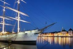 Ville de Stockholm la nuit image stock