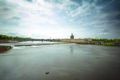 Ville de Toulouse avec le pont et vieux bâtiment le long du riv de la Garonne Photos libres de droits