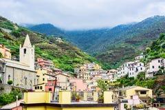 Ville de Vernazza dans la vue de terre de Cinque d'en haut sous le patrimoine mondial de l'UNESCO Beau fond de montagne et de mer Photos libres de droits