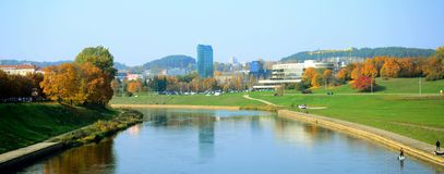 Ville de Vilnius et vue panoramique de rivière de Neris de pont de marche Photos libres de droits