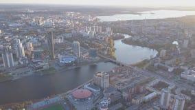 Ville de vue aérienne et palais de sports Ville moderne dans le coucher du soleil, vue aérienne du paysage urbain Horizontal urba banque de vidéos