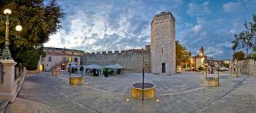 Ville de vue de soirée de place de Zadar Photographie stock libre de droits