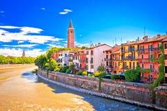 Ville de vue de façade d'une rivière de Verona Adige image stock