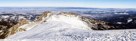 Ville de Zakopane et de montagne avec la croix ou le Giewont images libres de droits