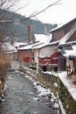 Ville de Zakopane pendant la chute de neige, les arbres, les barrières et les vieilles maisons le long du courant de montagne images libres de droits