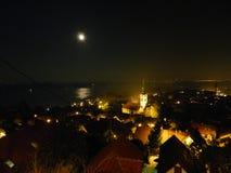 Ville de Zemun la nuit, pleine lune image libre de droits