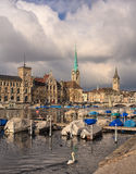 Ville de Zurich un jour nuageux en automne en retard Images stock