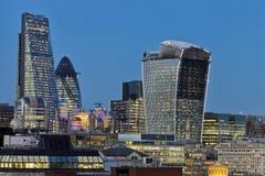 Ville des bâtiments ayant beaucoup d'étages de Londres la nuit Photos stock