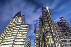 Ville des bâtiments d'affaires de bureau de Londres avec des lumières dessus la nuit Image stock