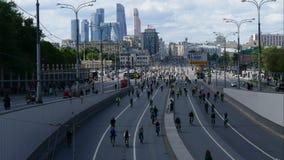 Ville des cyclistes Milliers de cyclistes sur une rue de ville clips vidéos