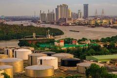 Ville des réservoirs de stockage d'huile d'industrie Photos stock