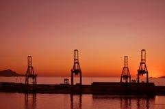 Ville des tours d'industrie au coucher du soleil Images libres de droits