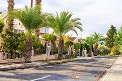 Ville di festa dal mare, baia di corallo, Pafo, Cipro immagini stock libere da diritti
