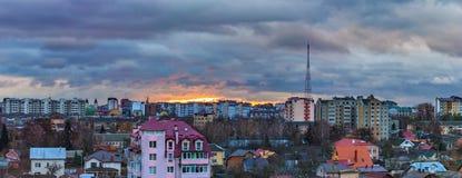 Ville dramatique de nuages de lever de soleil Photo libre de droits