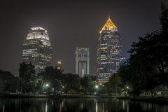 Ville du centre de Bangkok de parc de Lumphini la nuit Photo stock