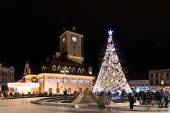 Ville du centre de Brasov la nuit avec l'arbre de Noël Image libre de droits