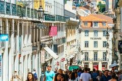 Ville du centre de marche de Lisbonne de personnes au Portugal Photographie stock libre de droits