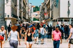 Ville du centre de marche de Lisbonne de personnes au Portugal Photographie stock