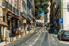 Ville du centre de marche de Lisbonne de personnes au Portugal Image stock