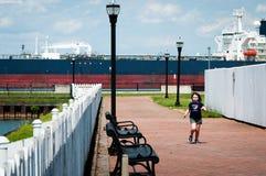 VILLE DU DELAWARE, DE - 1ER AOÛT : Bateau de pétrolier entrant dans le port sur la rivière de Delware sur un fond de ciel bleu le Photographie stock