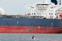 VILLE DU DELAWARE, DE - 1ER AOÛT : Bateau de pétrolier entrant dans le port sur la rivière de Delware sur un fond de ciel bleu le Image libre de droits