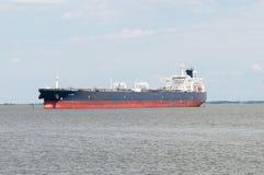 VILLE DU DELAWARE, DE - 1ER AOÛT : Bateau de pétrolier entrant dans le port sur la rivière de Delware sur un fond de ciel bleu le Photographie stock libre de droits