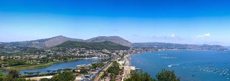 Ville du sud de l'Italie Vue panoramique de ville du ` s de Bacoli, comté de Napoli Photographie stock libre de droits