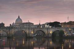 Ville du Vatican, Rome, l'Italie, beau panorama vibrant d'image de nuit de la basilique de St Peter, St Angelo de Ponte et rivièr photographie stock