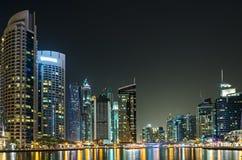 Ville Dubaï de nuit Photos libres de droits