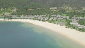Ville e palazzi di lusso con le piscine sulla riva del mare blu sulle montagne e sul paesaggio verdi delle colline ricorso archivi video