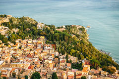 Ville ensoleillée avec le paysage de montagne, Sicile, Italie Image stock